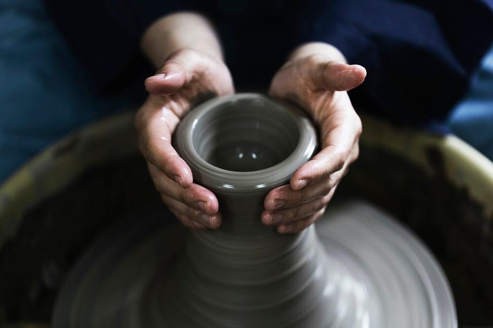 Jak wyglądają zajęcia nawarsztatach ceramicznych?